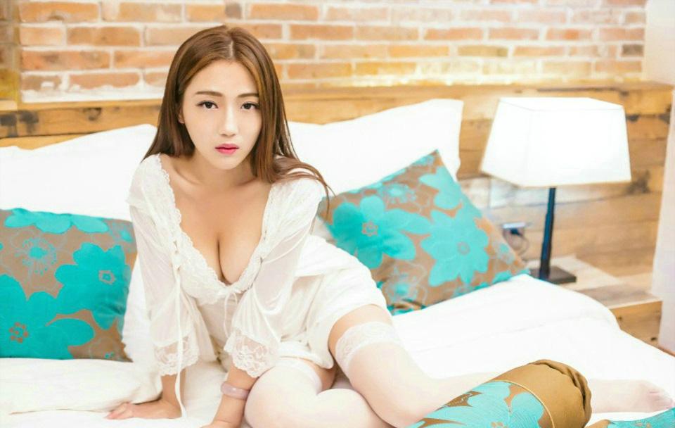 Elma梦性感美腿纯白丝袜情趣内衣床照写真(点击浏览下一张趣图)