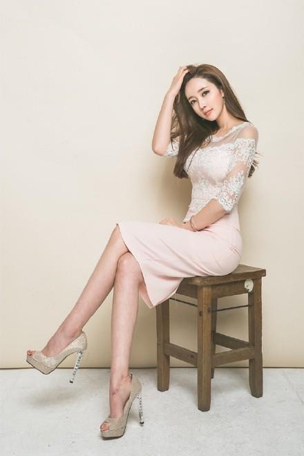 气质OL丝袜美腿性感美女大胆写真(点击浏览下一张趣图)